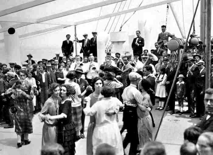 Inmigrantes bailando en la cubierta del barco en el viaje a Buenos Aires 1920