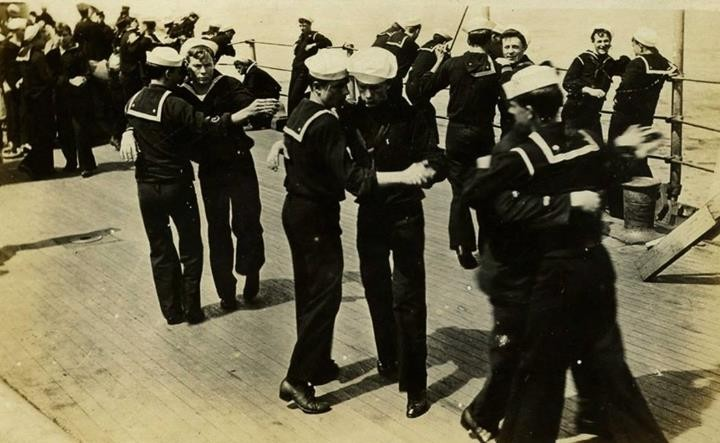 1928 – Sailors Practising. Marineros practicando.