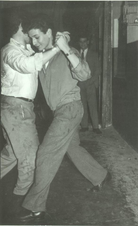 Pareja de hombres bailando.
