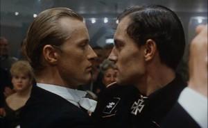 """Film clip: Scène de Tango dans le film """"Soldier of Orange""""  –  Paul Verhoeven 1977"""