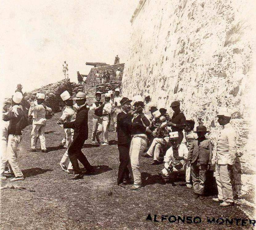 1890s Soldados bailando en la fortaleza del cerro de Montevideo.